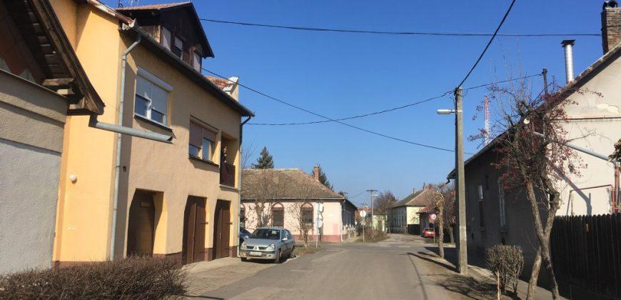 Eladó Lakás 5400 Mezőtúr (Jász-Nagykun-Szolnok m.), Központban lévő első emeleti, kétszintes #8009